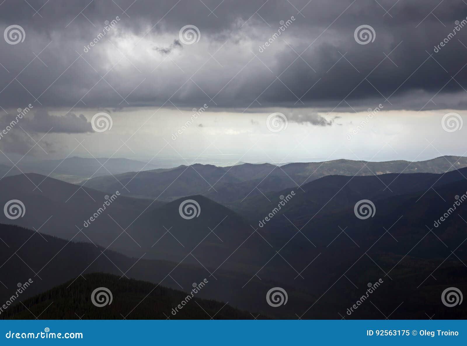 Nuvole di tempesta nelle montagne