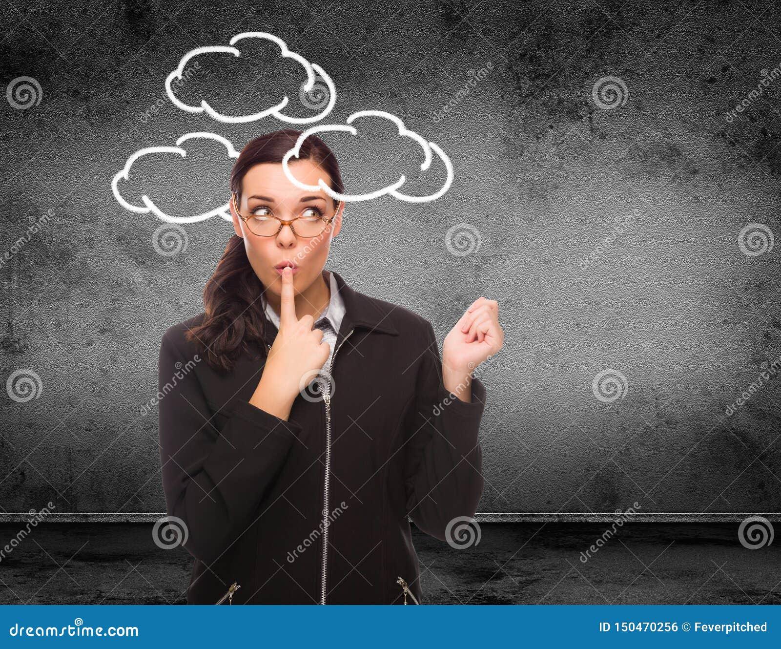 Nuvole estratte intorno alla testa di giovane donna adulta davanti alla parete con lo spazio della copia