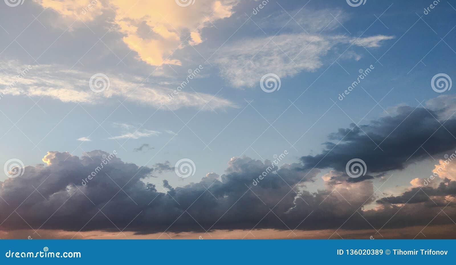 Nuvole, fondo degli azzurri cielo blu con la priorità bassa delle nubi