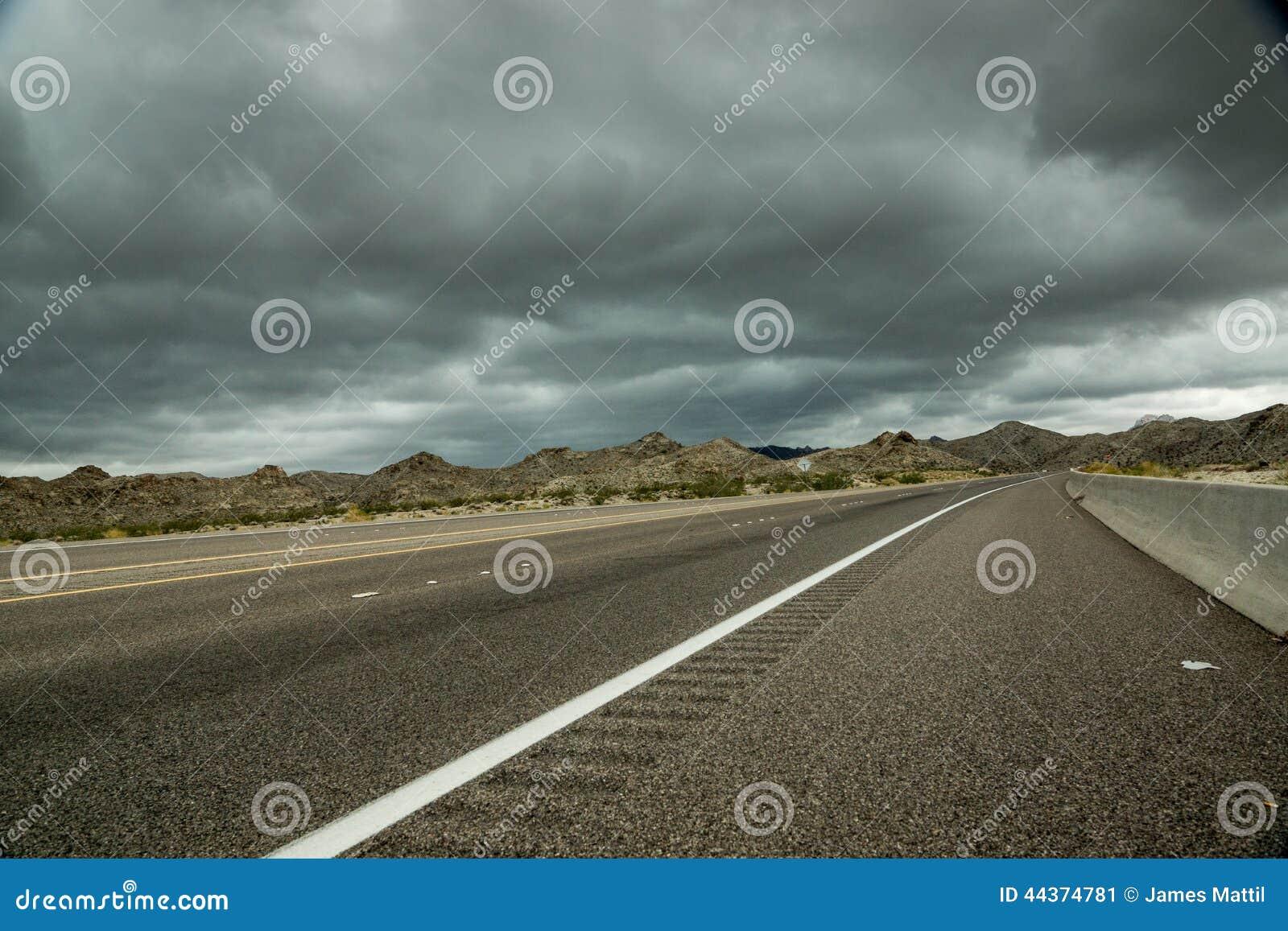 Nuvole scure, strada principale del deserto
