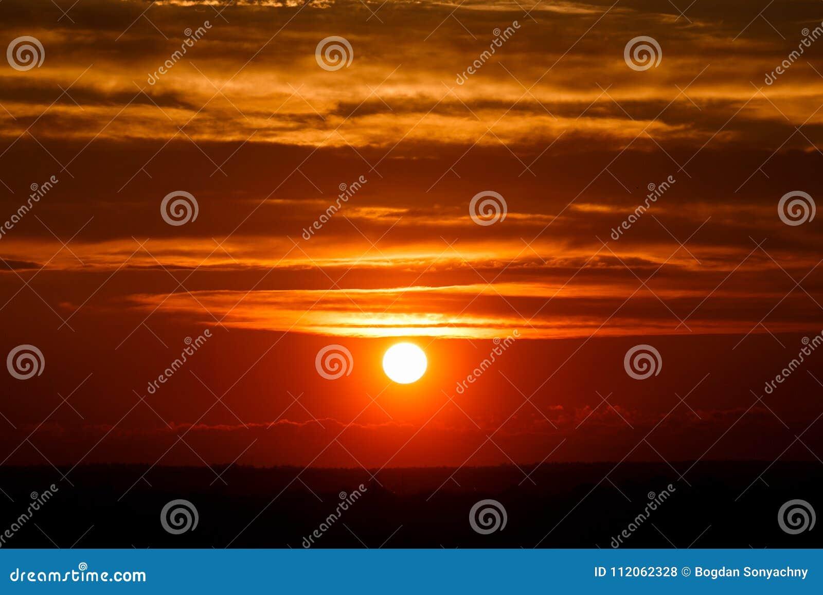 Nuvole stupefacenti del sole al crepuscolo Immagine di tramonto bella s nuvolosa rossa