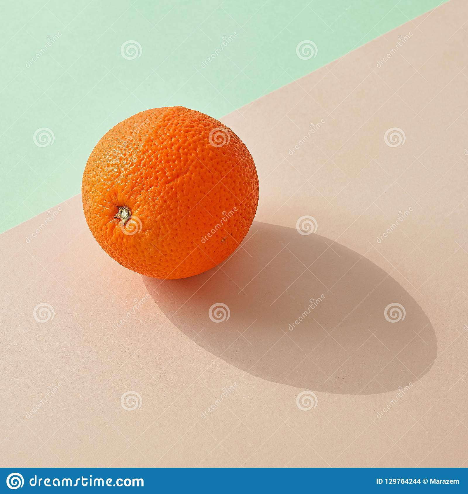 Ny apelsin på färgrik bakgrund