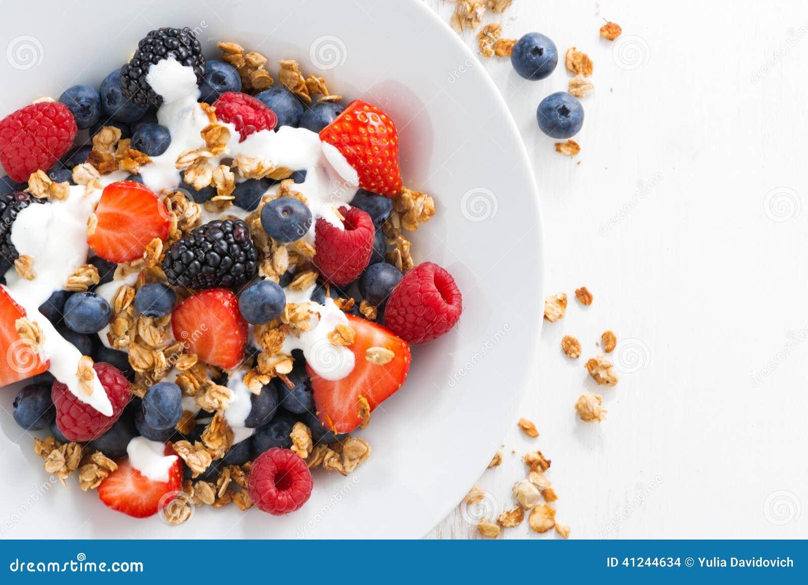 Ny bär, yoghurt och granola för frukost