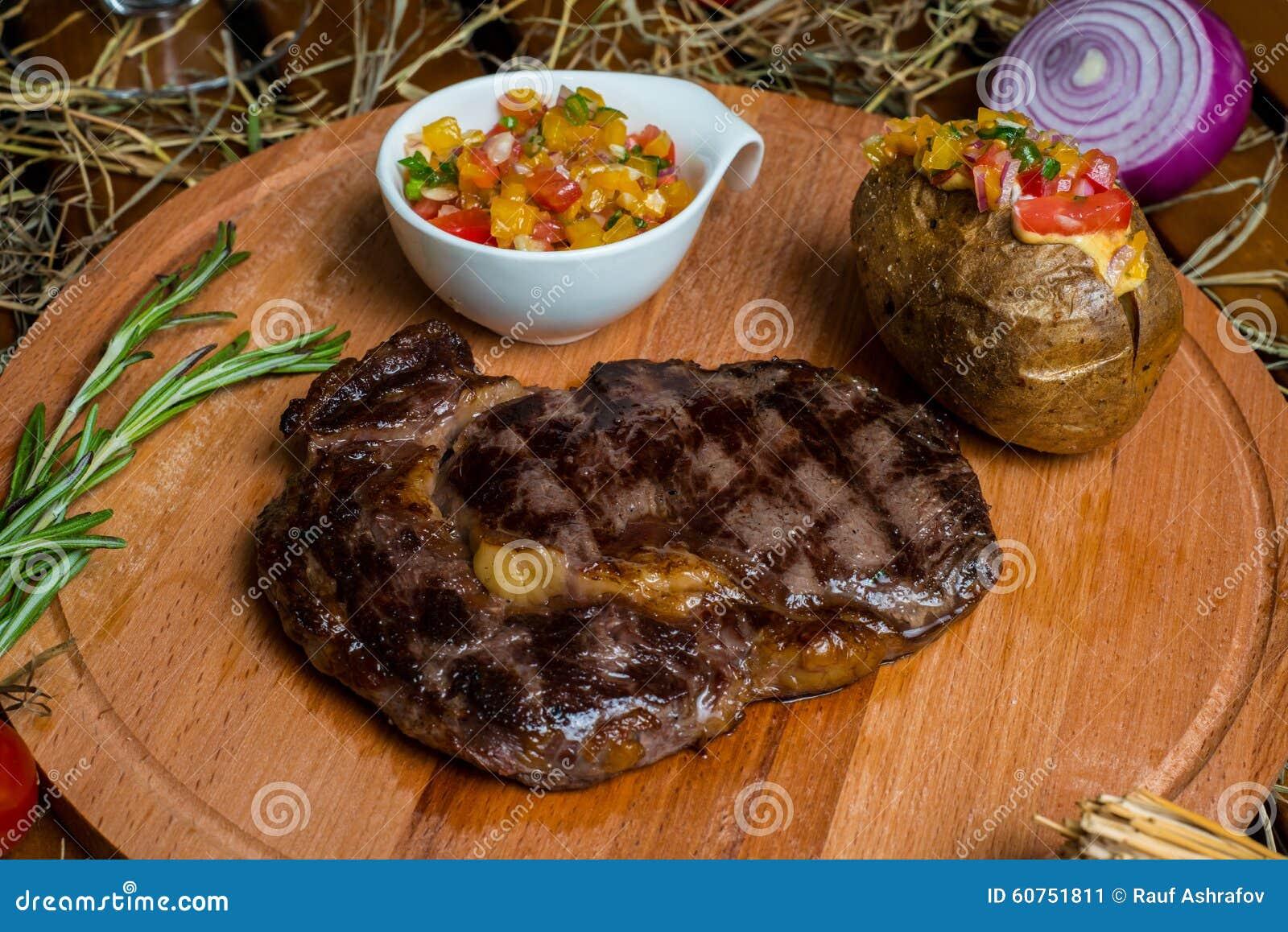 Ny biff för ribeye för kött för steknötkött på träplattan