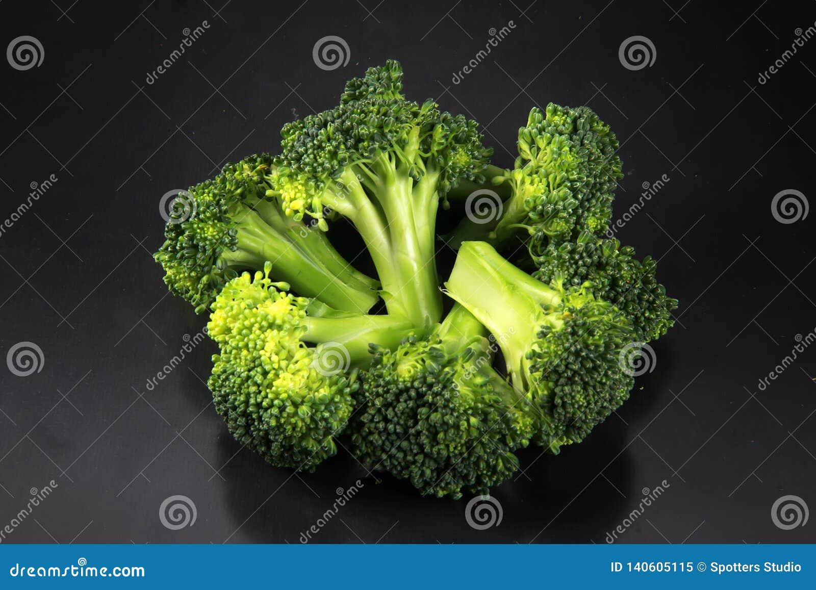 Ny broccoli med en svart bakgrund