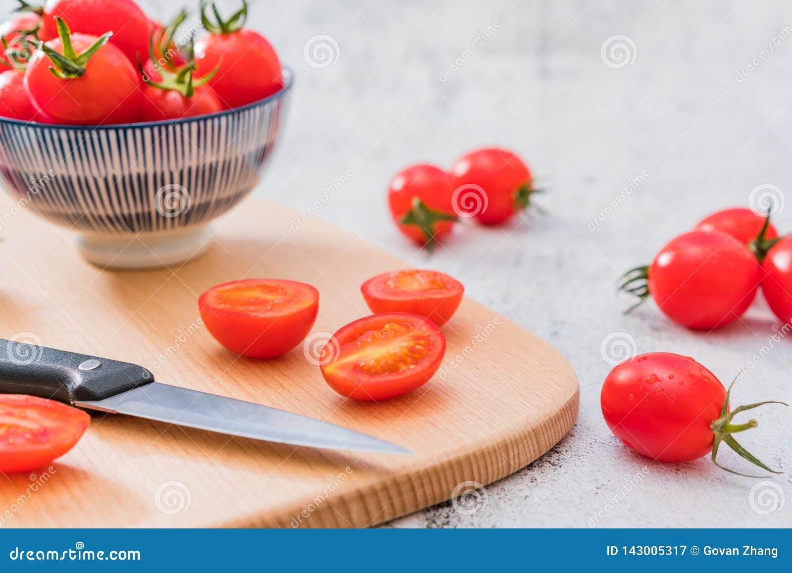 Ny Cherry Tomatoes One Night Under vit bakgrund