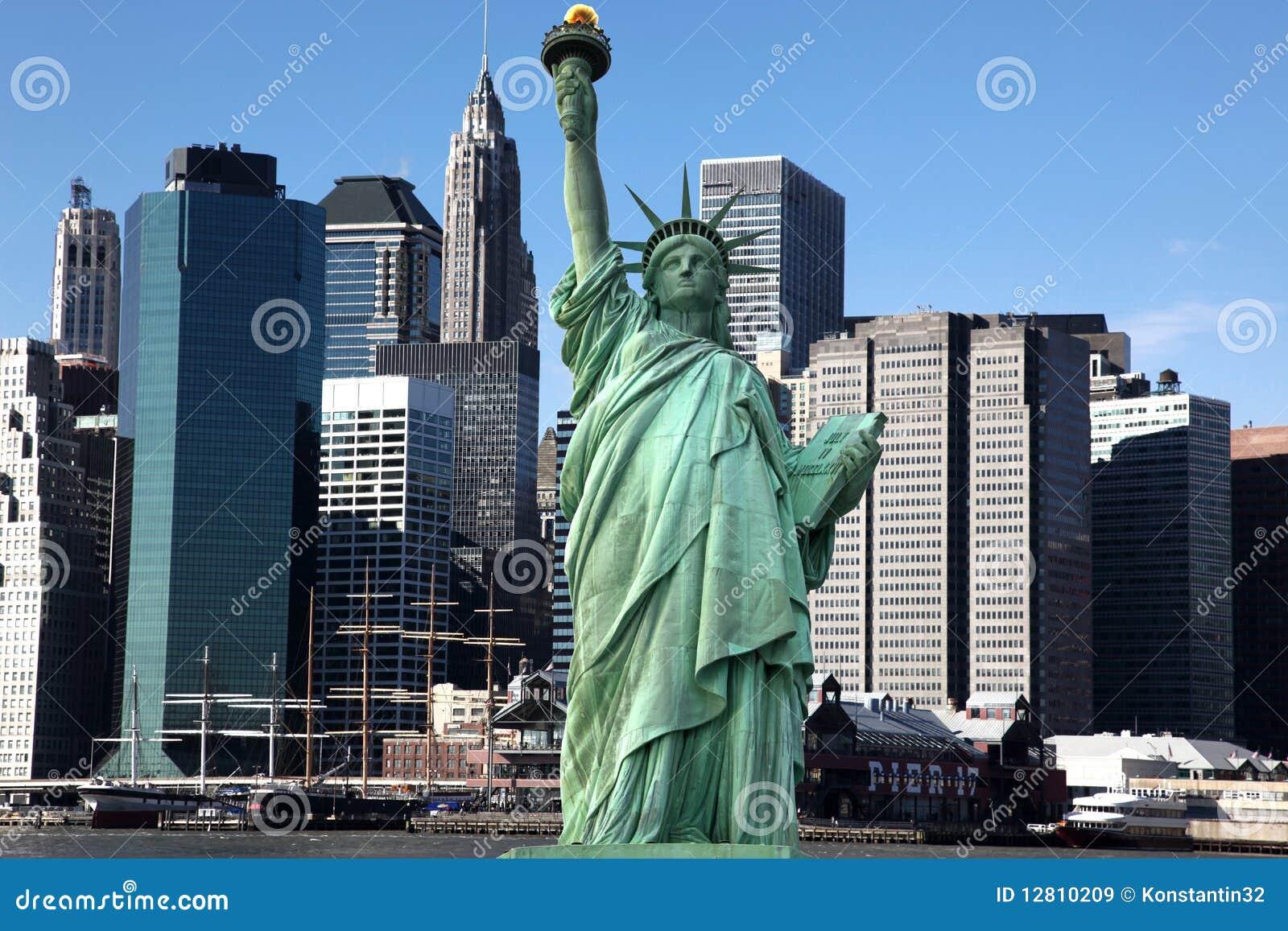 NY clássicos - Estátua de liberdade contra Manhattan
