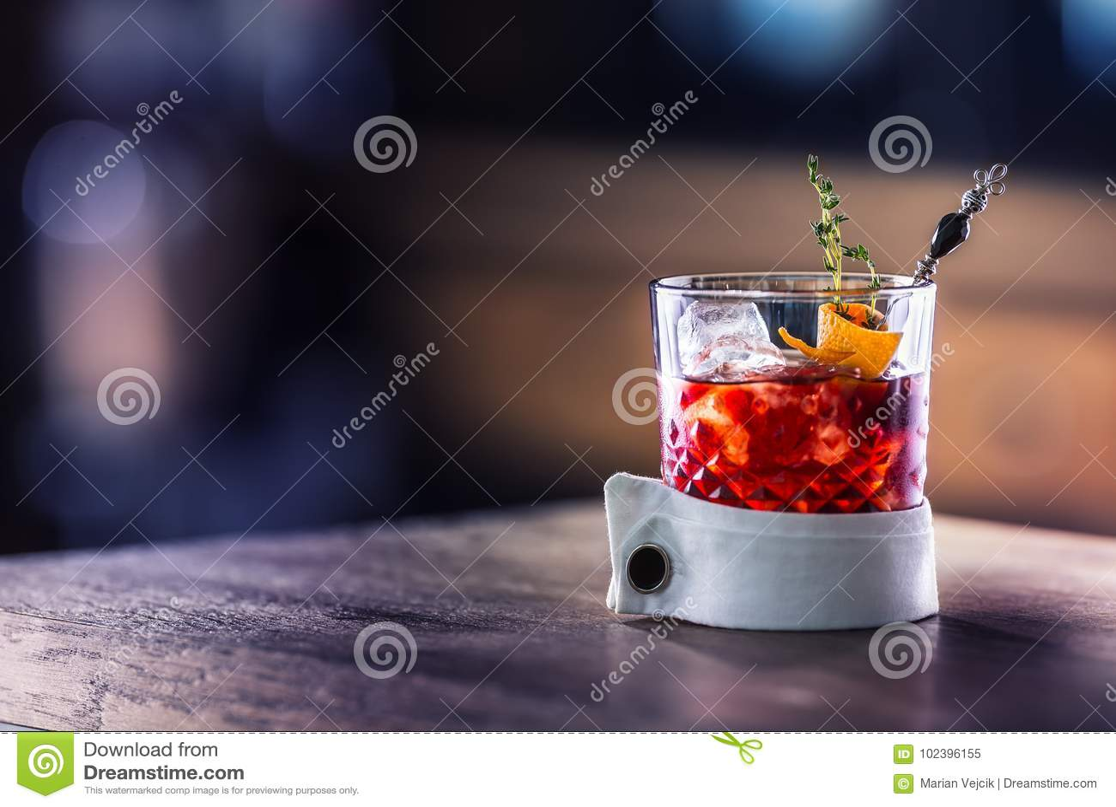 Ny coctaildrink med isfrukt- och örtgarnering Alkoholist icke-alkoholist drink-dryck på stångräknaren i baren