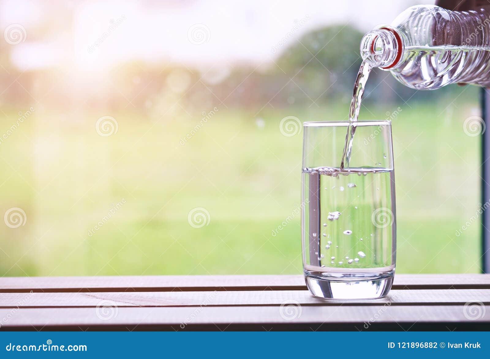 Ny dag med exponeringsglas av vatten