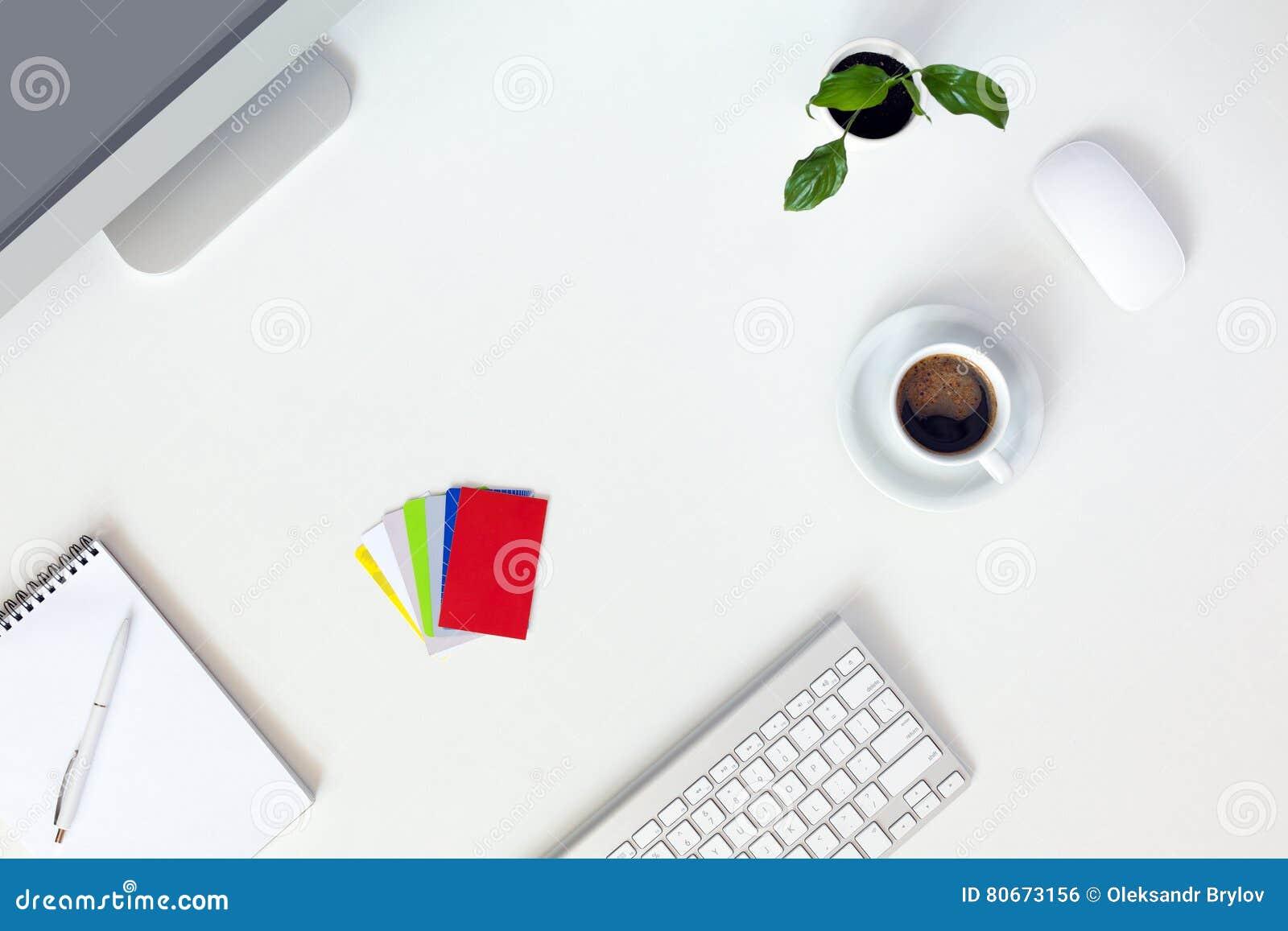Ny dag på kaffe för Notepad för dator för tabell för kontorsbegrepp vitt