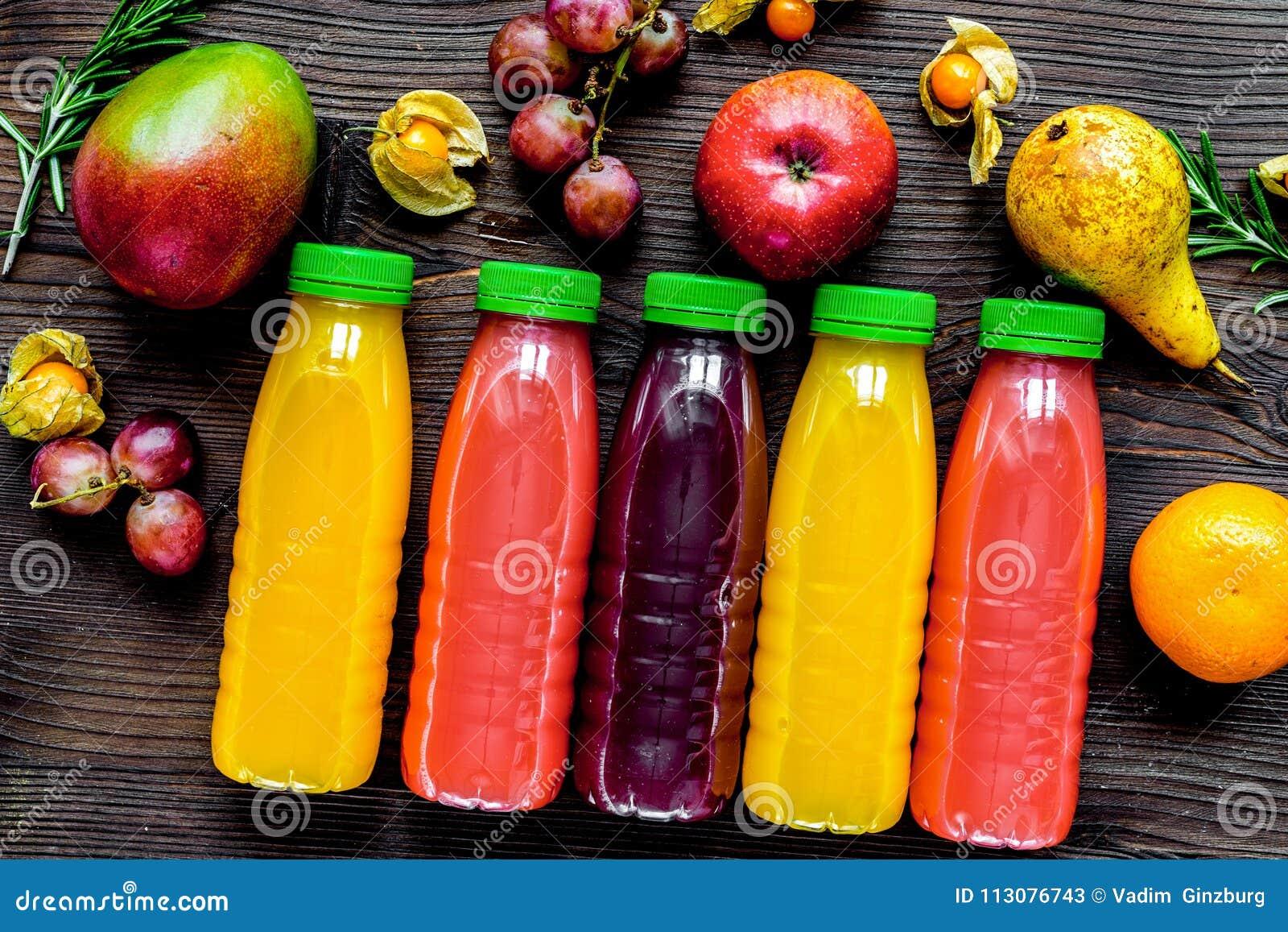 Ny drink för sommar i plast- flaska på träbakgrundsöverkant VI