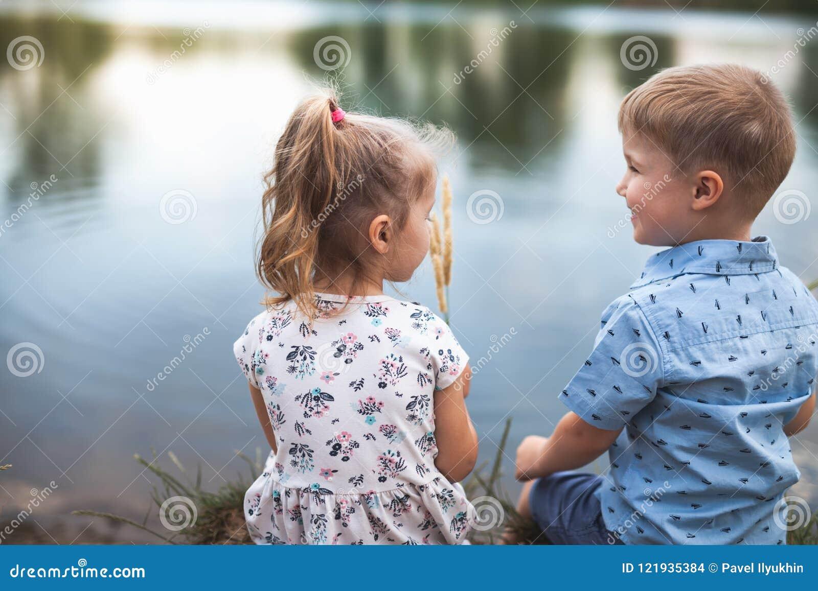 Ny era med lyckliga ungar och folk Lyckligt samhälle gemenskap