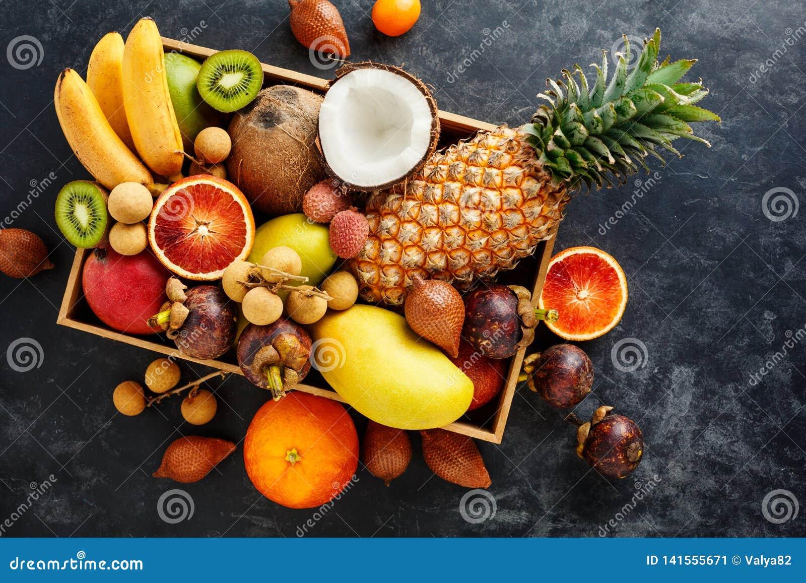 Ny exotisk frukt i en ask