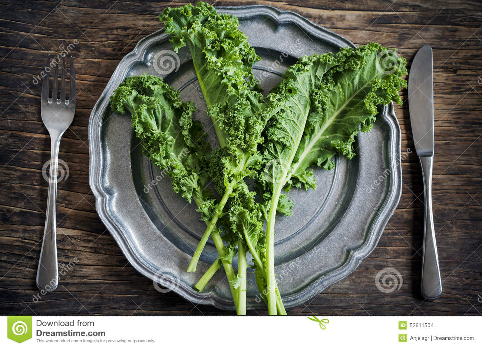 Ny grön grönkål på plattan äta för begrepp som är sunt