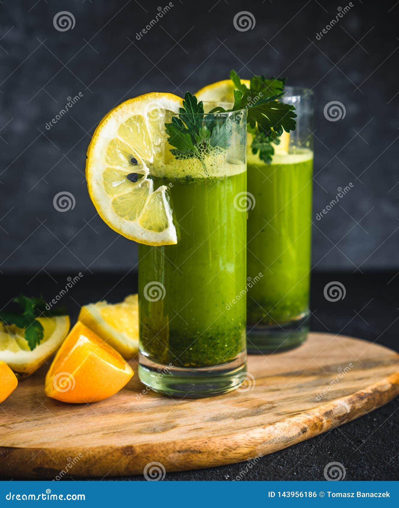 Ny gr?n fruktsaft som g?ras fr?n persilja, apelsiner och citroner