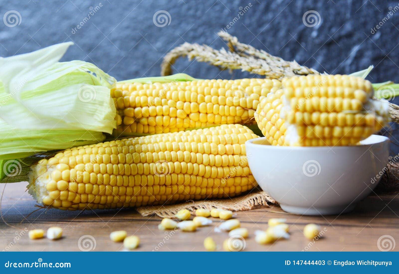 Ny havre p? majskolvar och majs?ron p? lantlig tr?tabellbakgrund