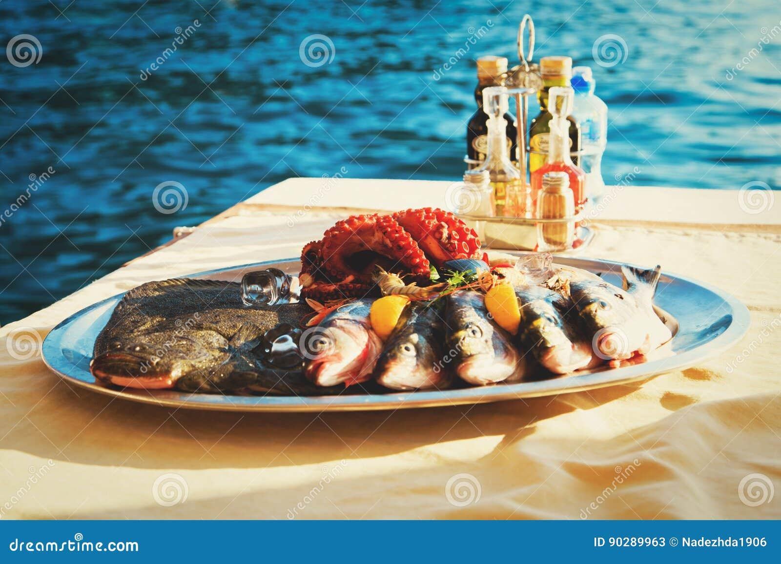 Ny havs- platta i restaurang på havet