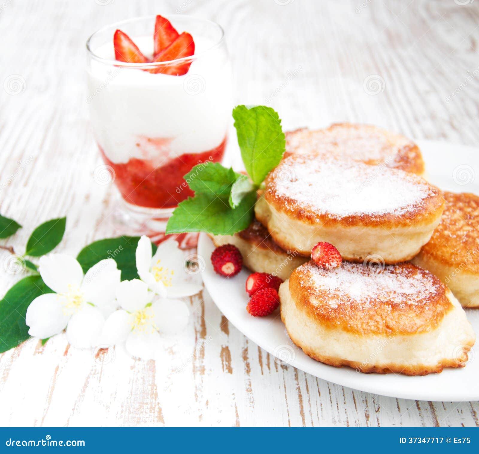 Ny jordgubbepannkakor och yoghurt