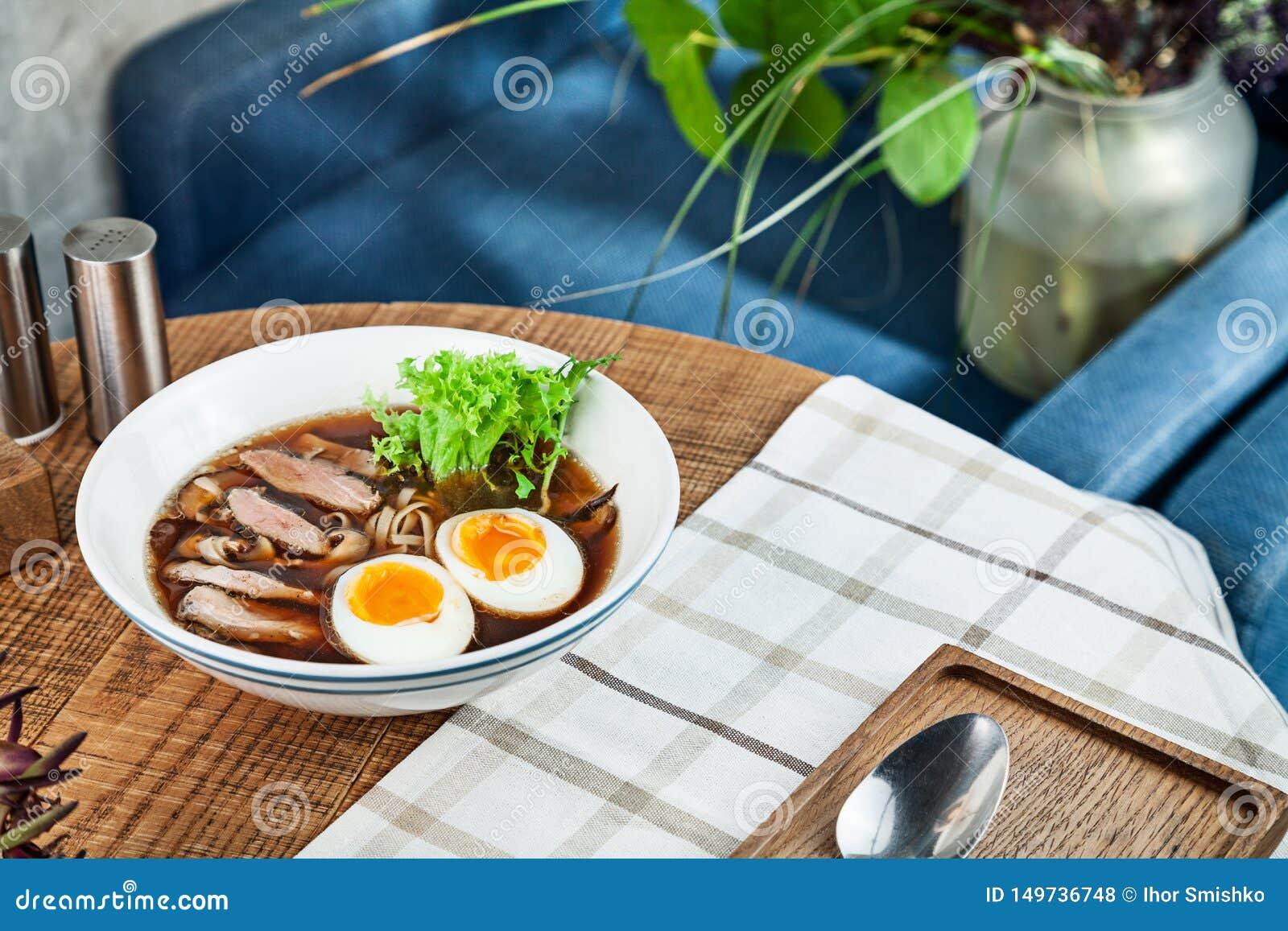 Ny kryddig soppa med anden, ägget, champinjoner och nudeln Traditionell vietnamesisk nudelsoppa i bunke Asiatisk/vietnamesisk kok