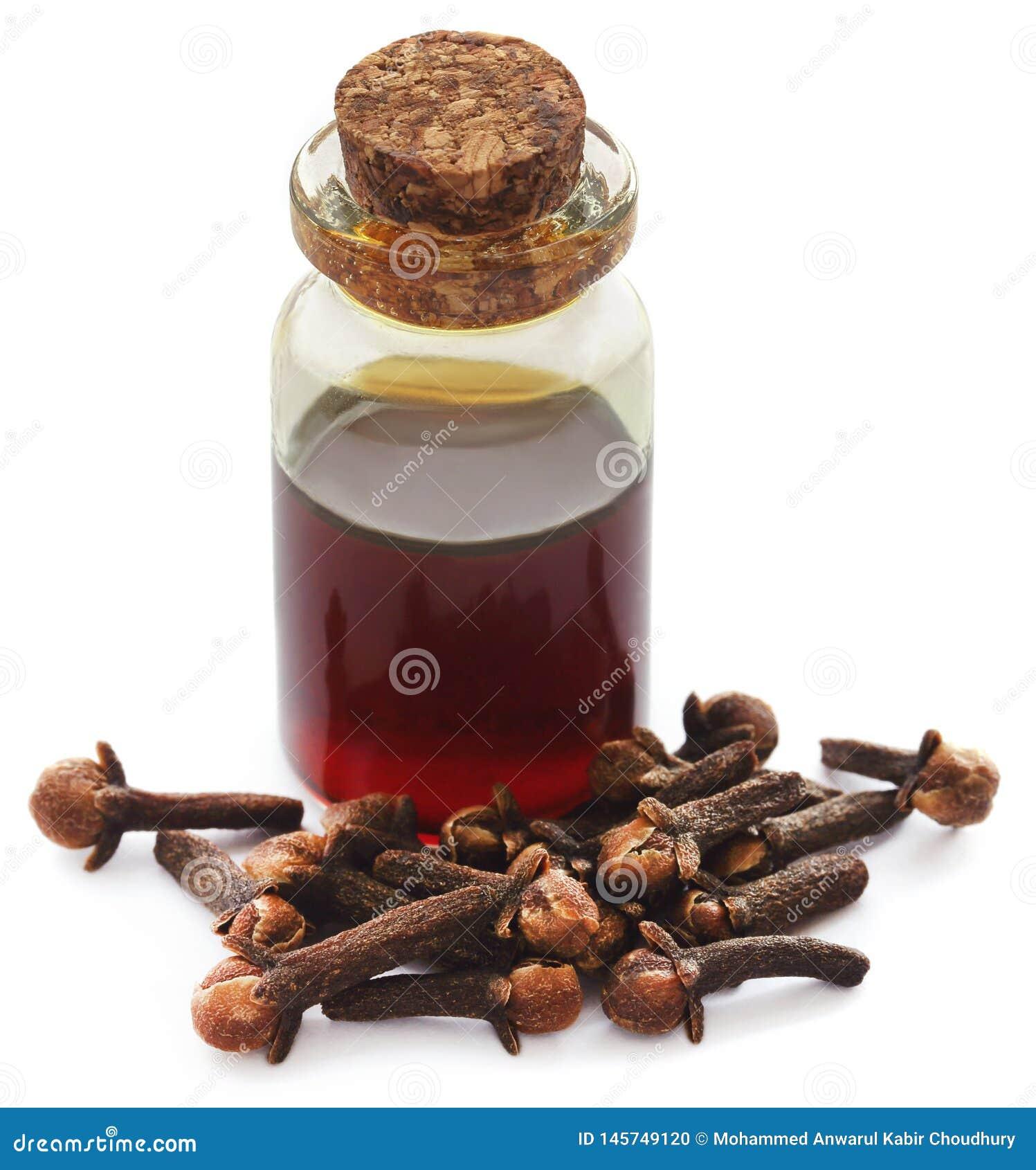 Ny kryddnejlika med olja i en krus