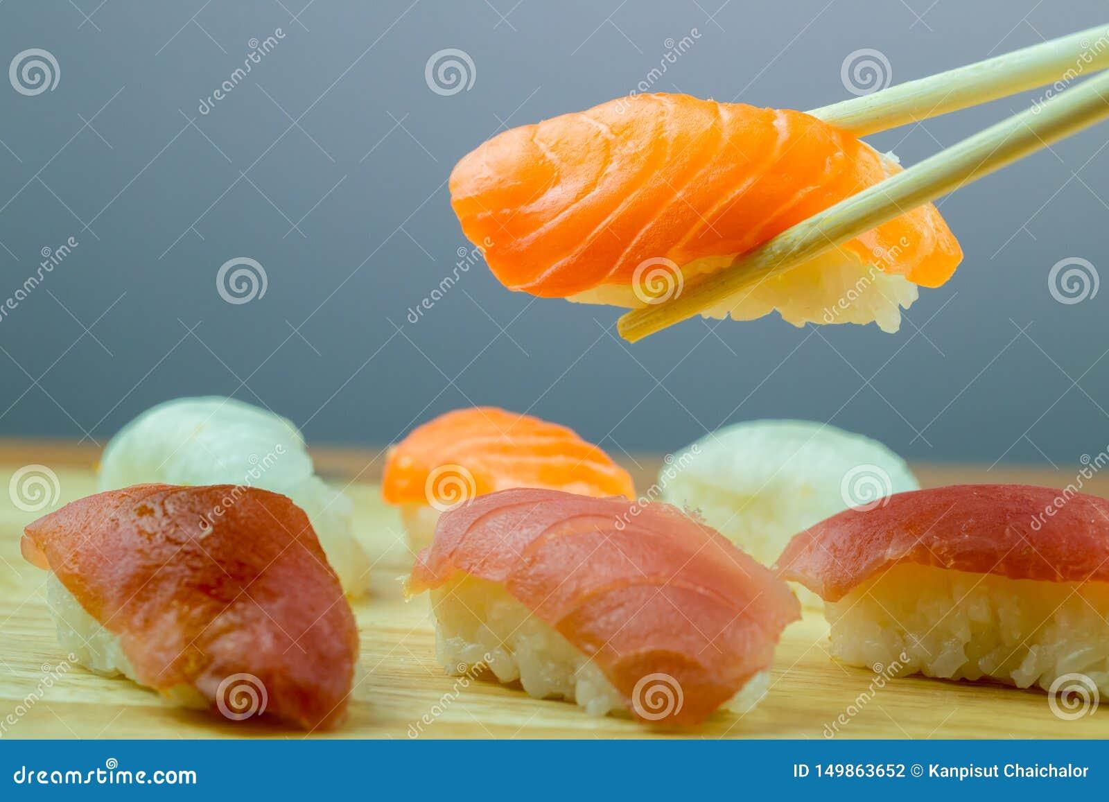 Ny laxsushi, restaurang för mat för laxmakirulle japansk, laxsushi på plattan