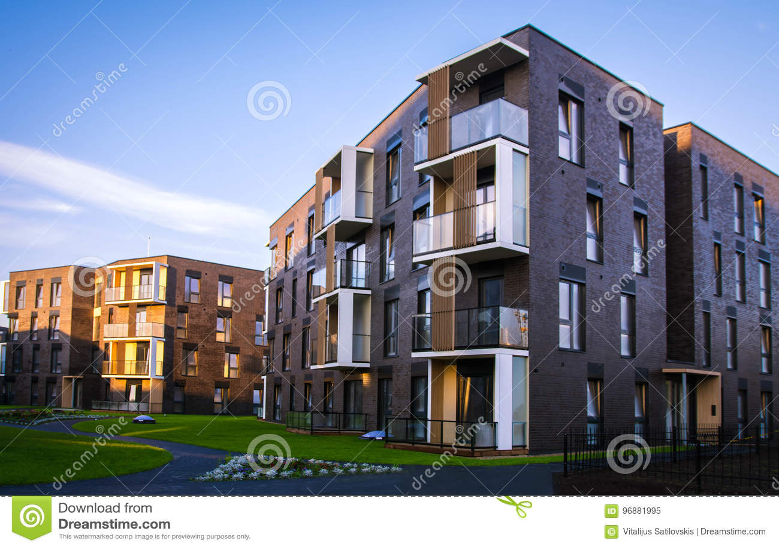 Ny modern lägenhetskomplex i Vilnius, Litauen, europeiskt byggnadskomplex för modern låg löneförhöjning med utomhus- lättheter