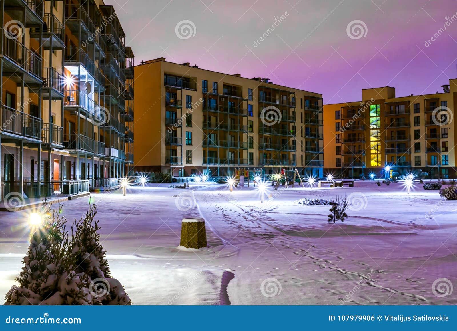 Ny modern lägenhetskomplex i Vilnius, Litauen, europeiskt hyreshuskomplex för modern låg löneförhöjning med utomhus- lättheter W