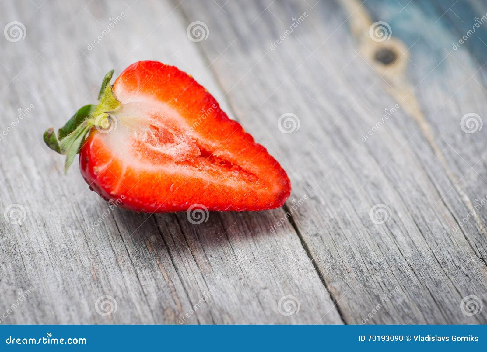 Ny och söt naturlig jordgubbe på en trätabell