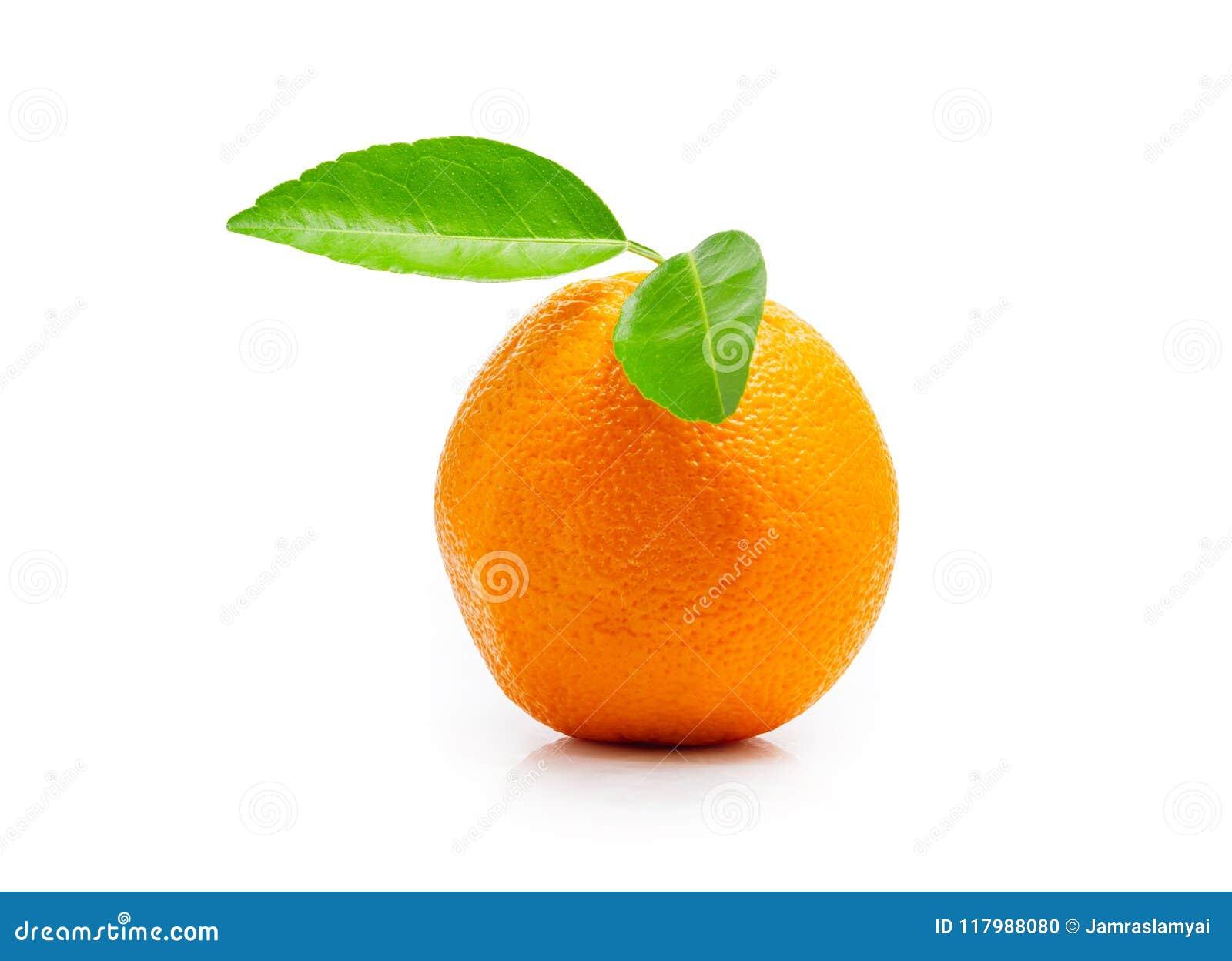 Ny orange frukt med det gröna bladet som isoleras på vit bakgrund Spara innehåller en snabb bana