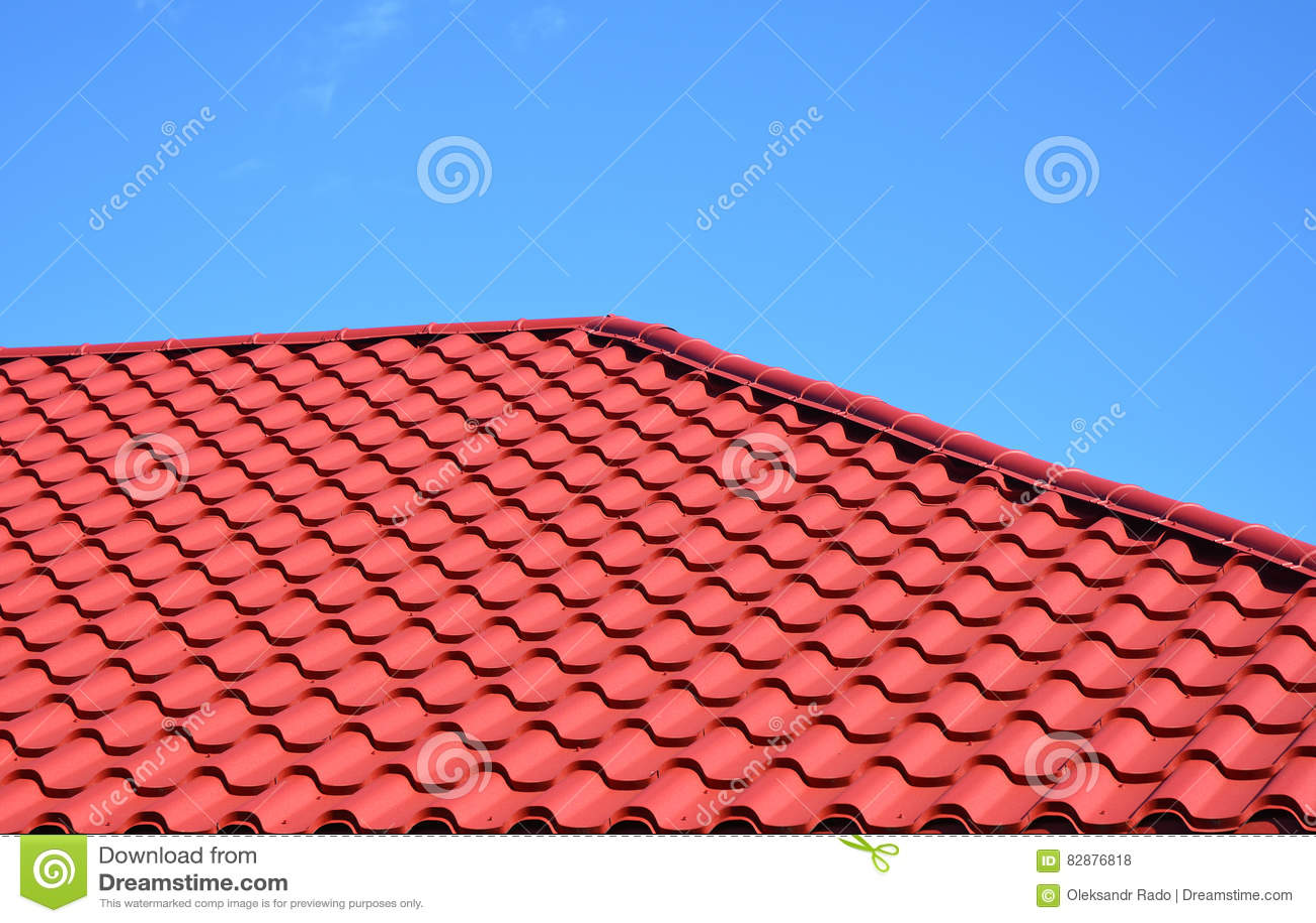 Ny röd metall belagt med tegel takhus som taklägger konstruktionsyttersida