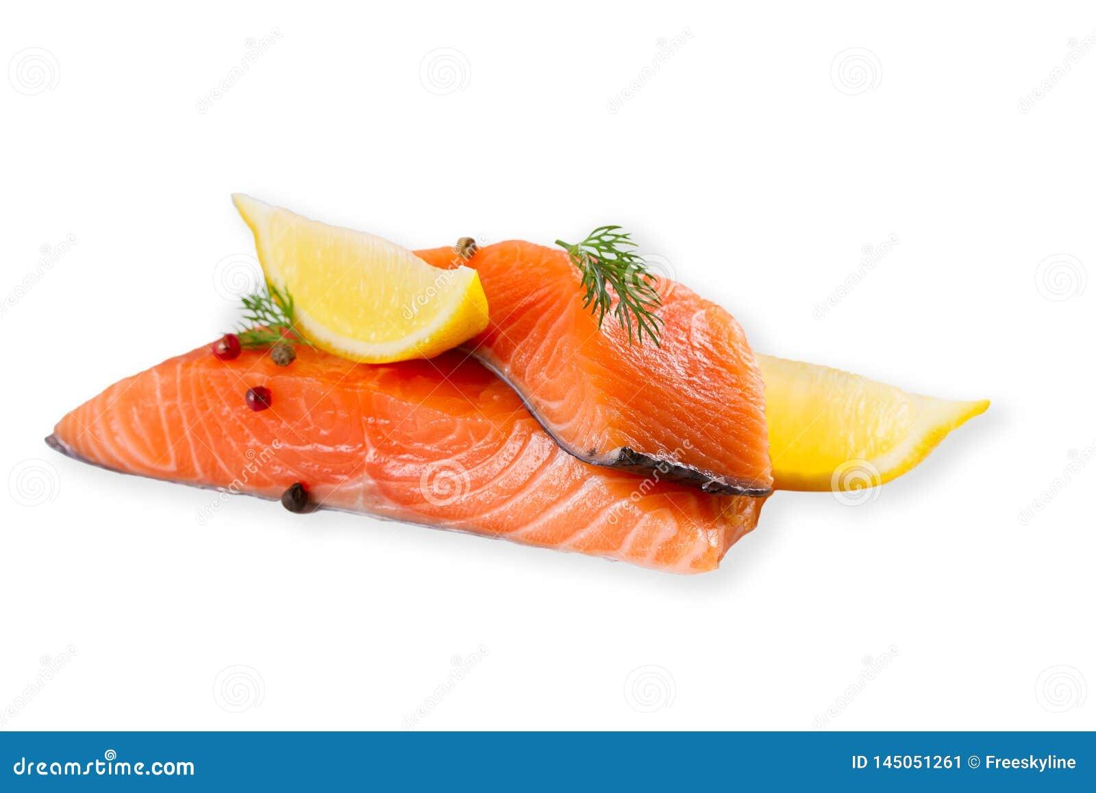 Ny r? laxfisk med kryddor som isoleras p? vit bakgrund med skugga