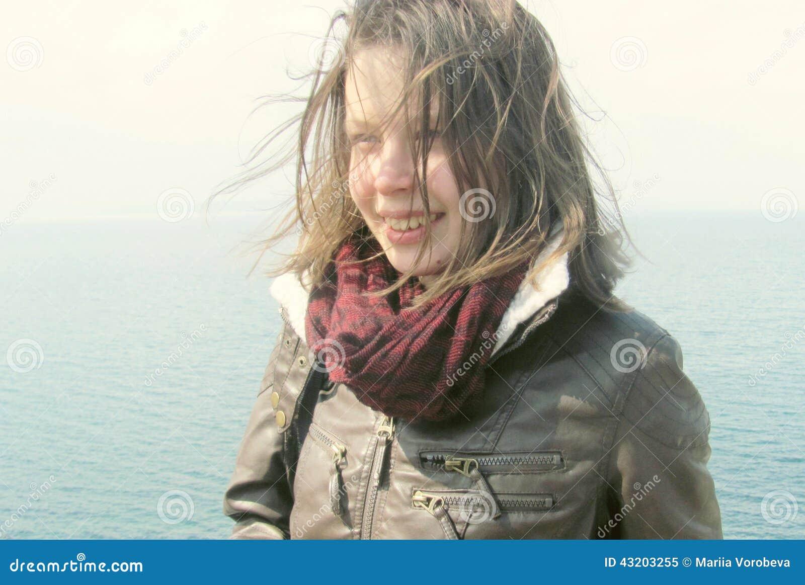 Download Ny Stående Av Den Härliga Unga Kvinnan Fotografering för Bildbyråer - Bild av gulligt, gladlynt: 43203255