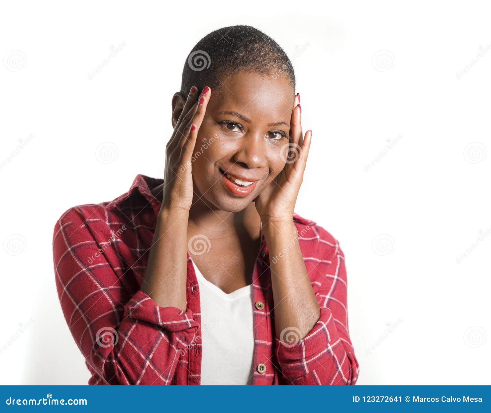 Ny stående för livsstil av den unga attraktiva och lyckliga kalla svarta afro amerikanska kvinnan i tillfällig skjorta som ler re