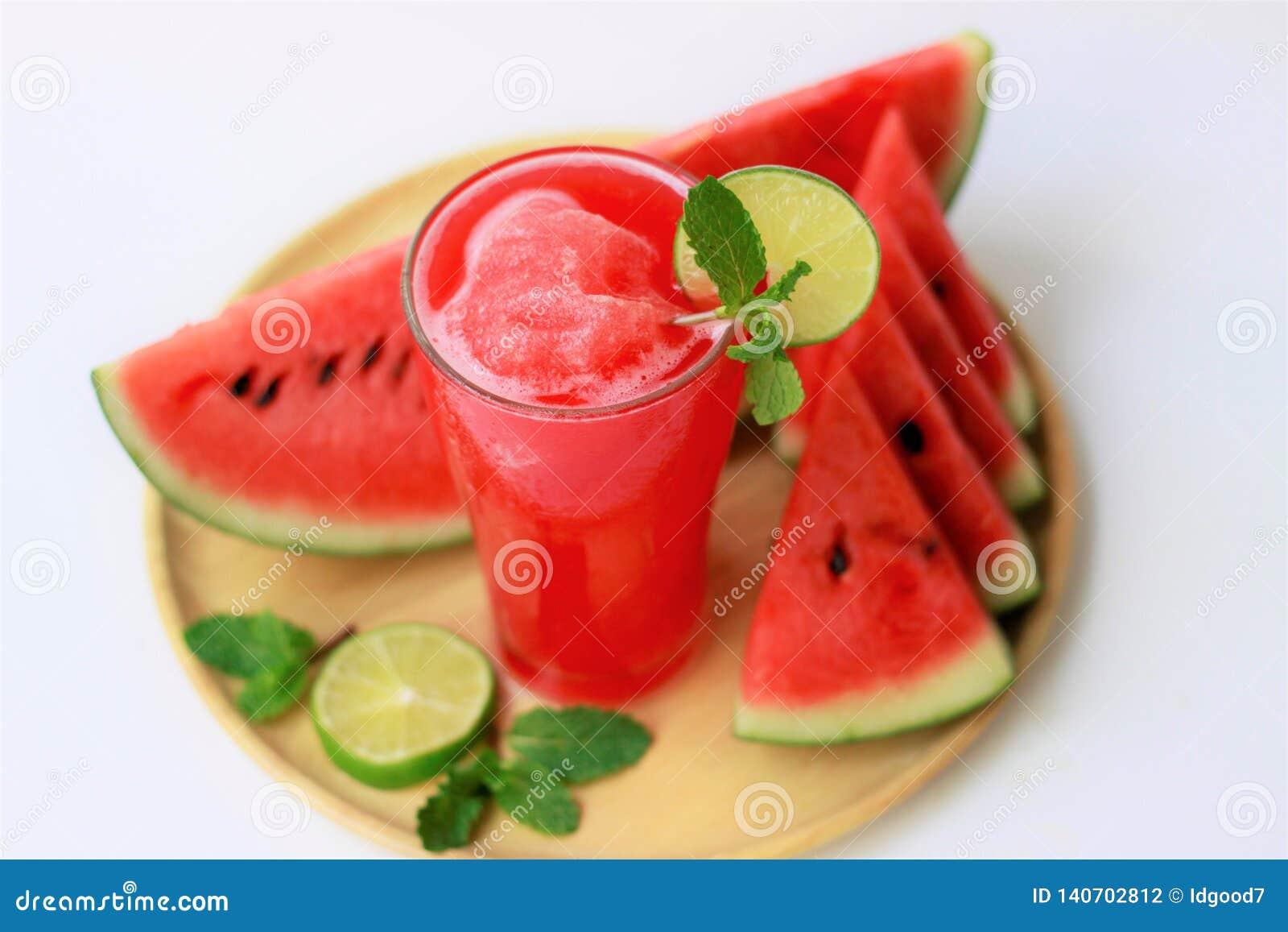 Ny vattenmelonfruktsaft för närbild i exponeringsglas, sunda drinkar, dräkt för sommar, på vit bakgrund