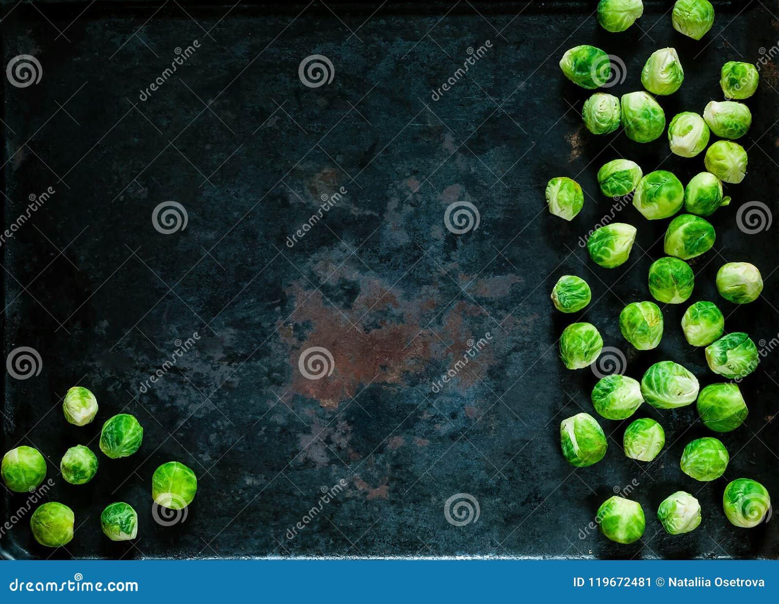 Nya brussels groddar på rostig metallbakgrund för tappning, grönsaker för sund matlagning, lekmanna- lägenhet, kopieringsutrymme,