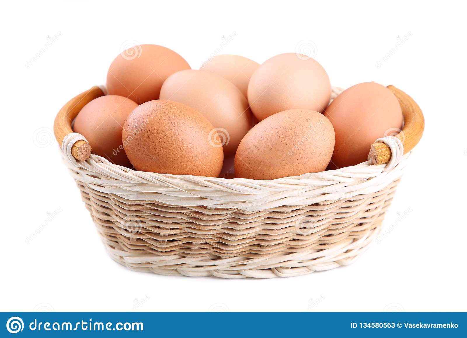 Nya fega ägg i korgen som isoleras på vitt, stänger sig upp