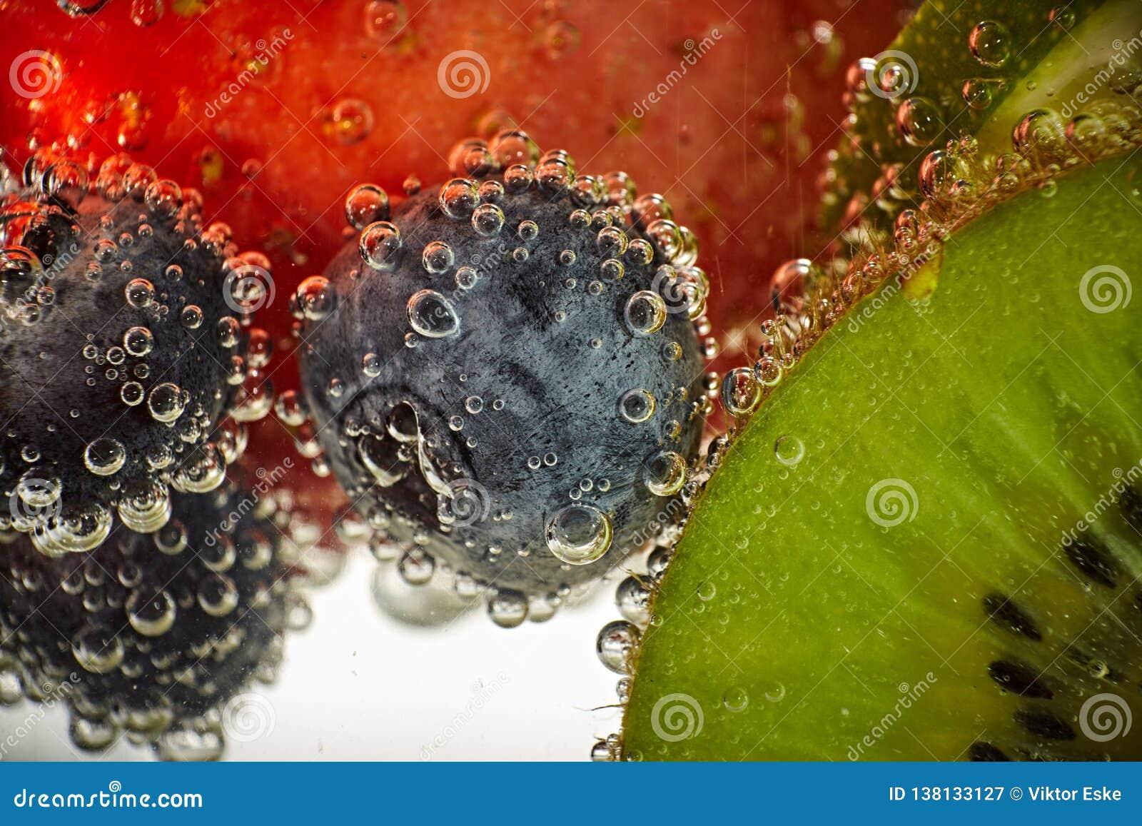 Nya frukter simmar i vattnet