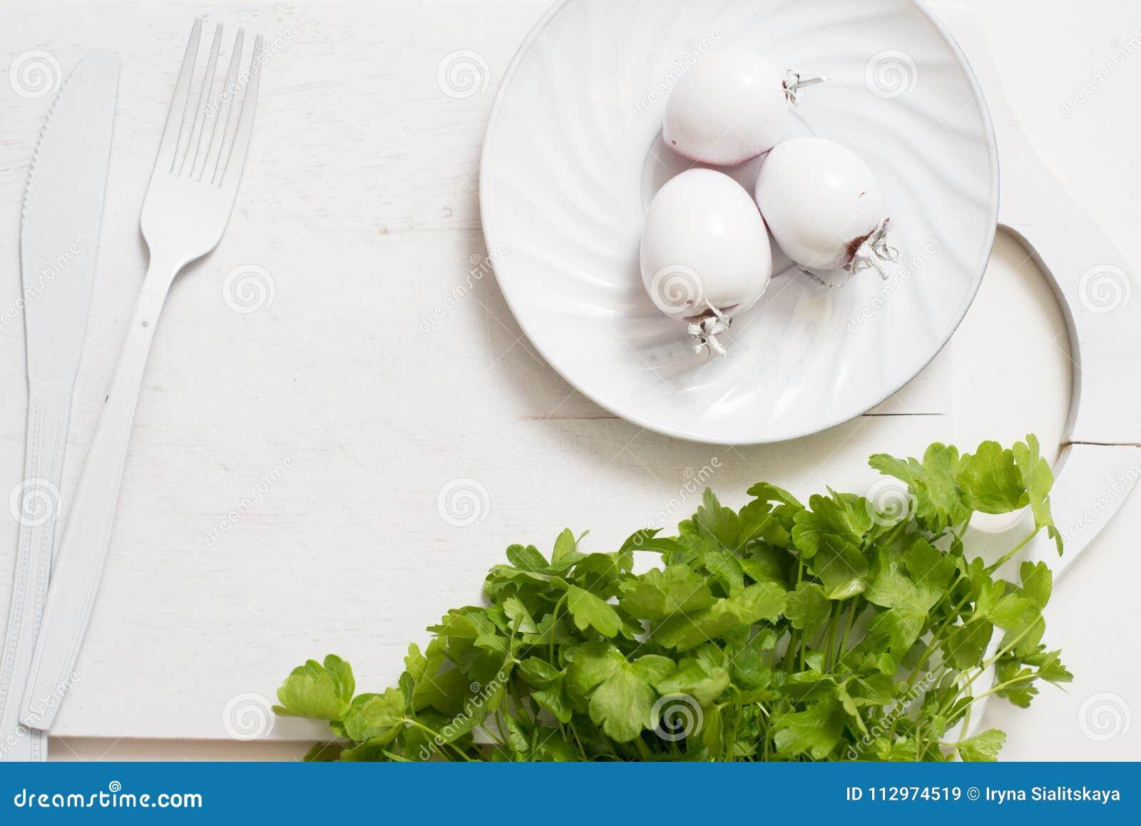 Nya gröna selleristammar på träskärbrädacloseupen selleripersilja och vitlök matlagningmat Kopieringsutrymme, bästa sikt
