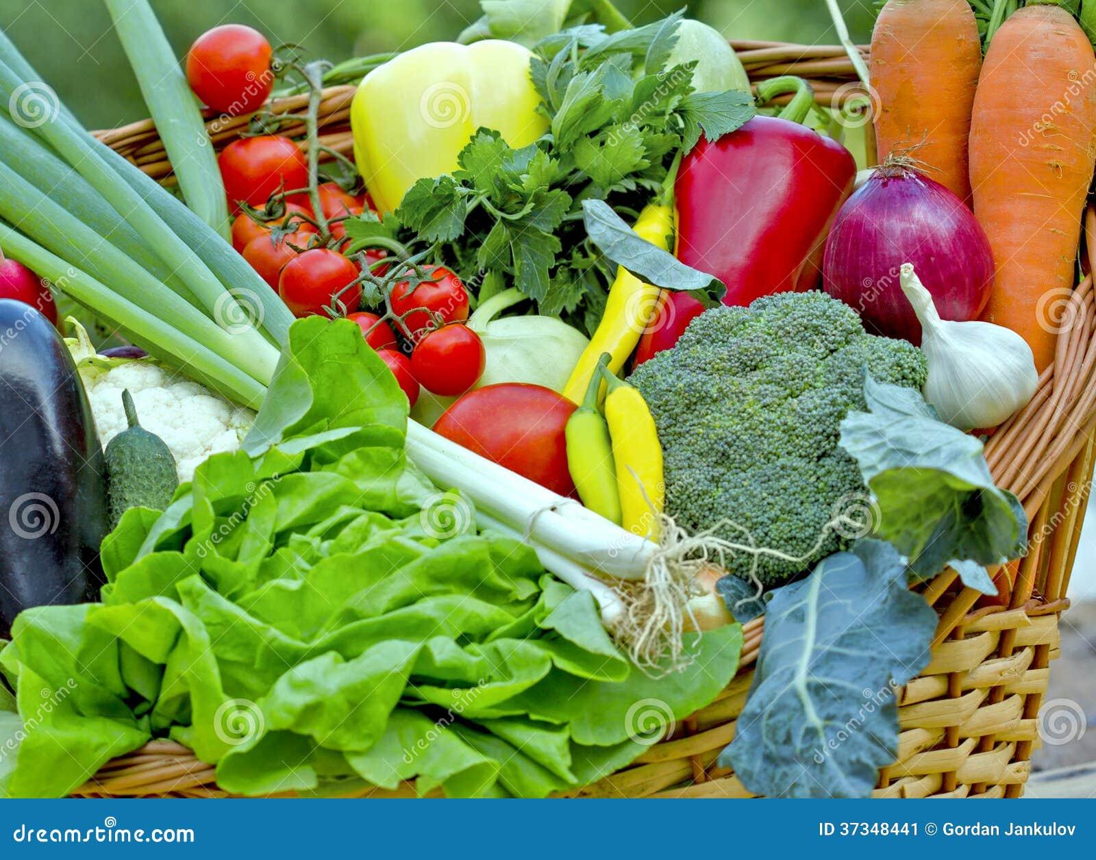 Nya grönsaker i en vide- korg