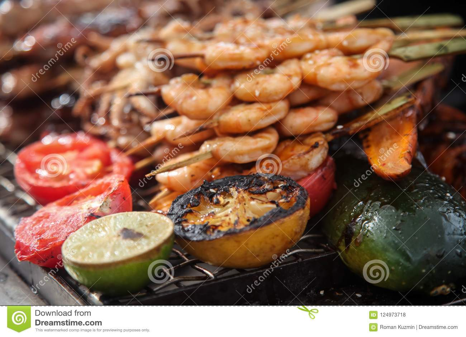 Nya grillade räka- och bläckfiskkebaber med citronen och avokadot