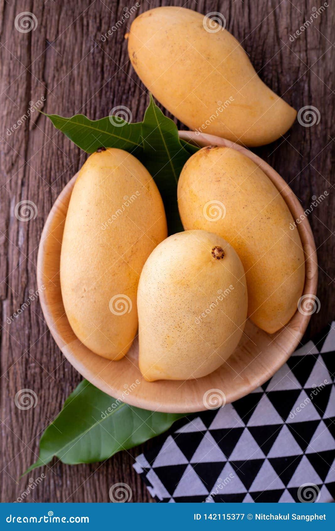 Nya gula mango på köksbordet