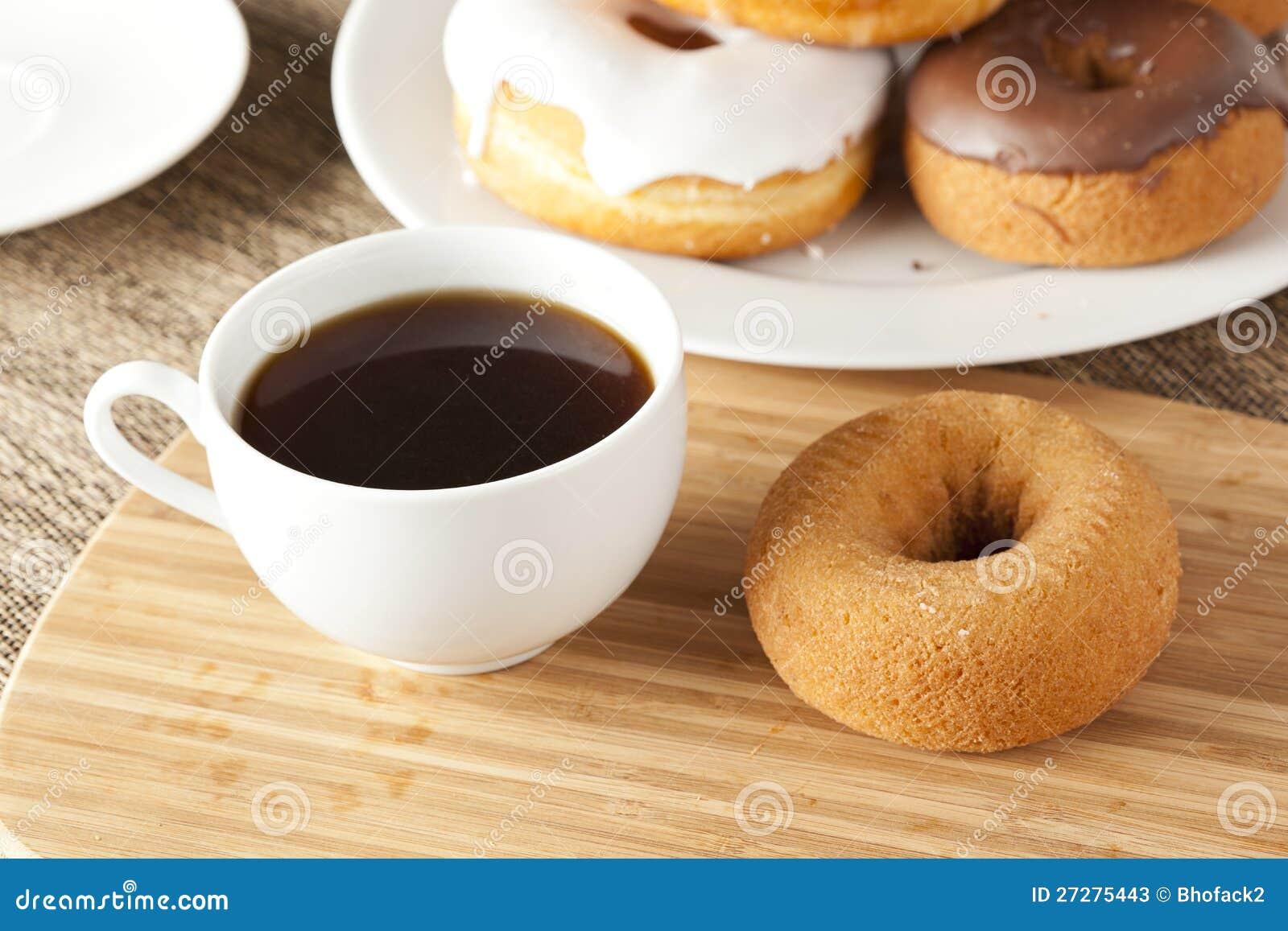 Nya hemlagade Donuts med svart kaffe