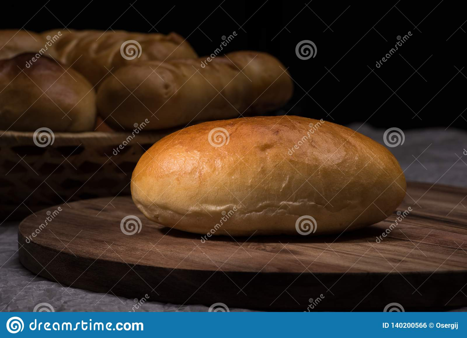 Nya hemlagade hamburgarebrödbullar på mörk träbakgrund