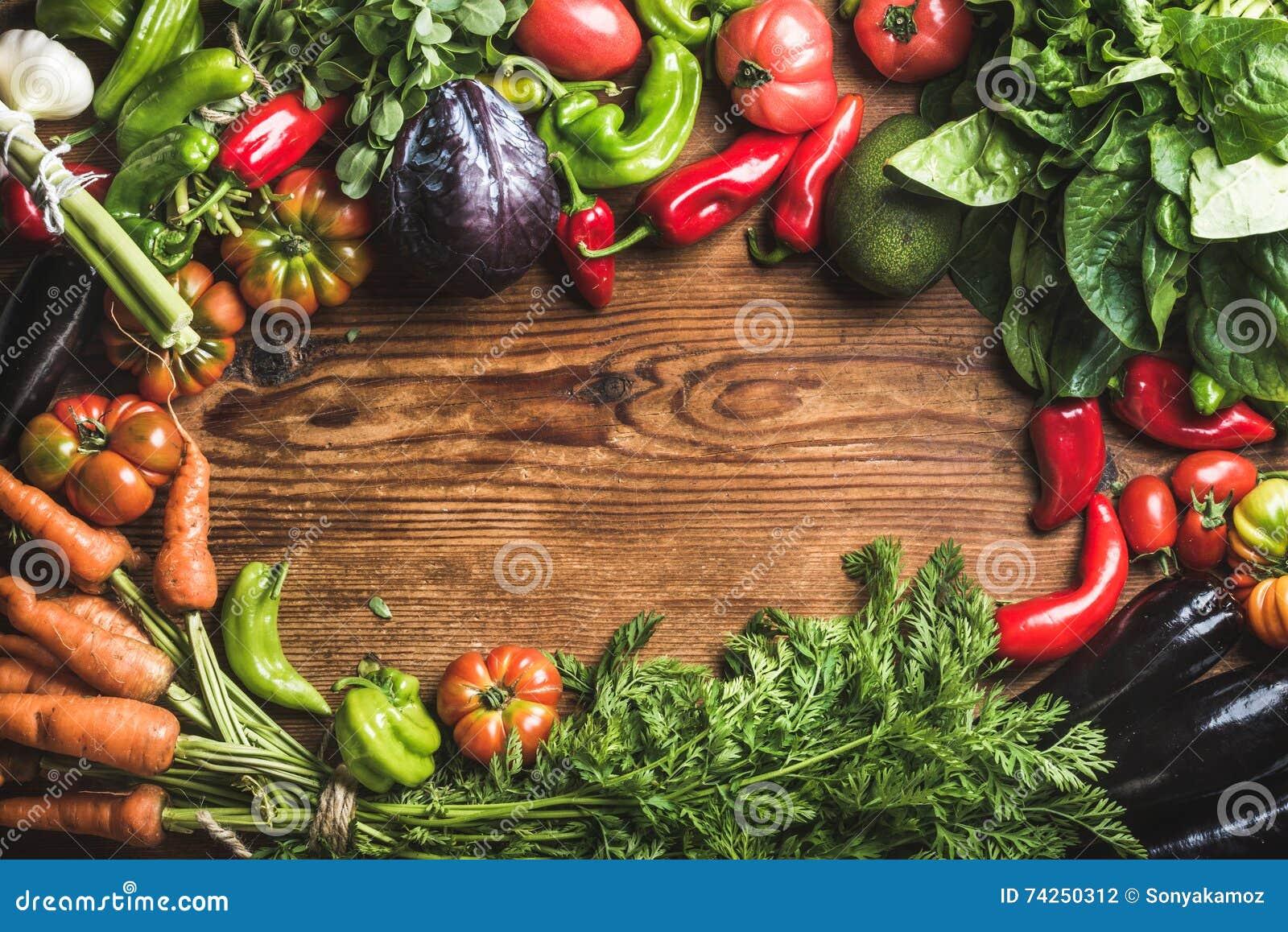 Nya ingredienser för rå grönsak för sund matlagning eller sallad som gör över lantlig wood bakgrund, bästa sikt, kopieringsutrymm