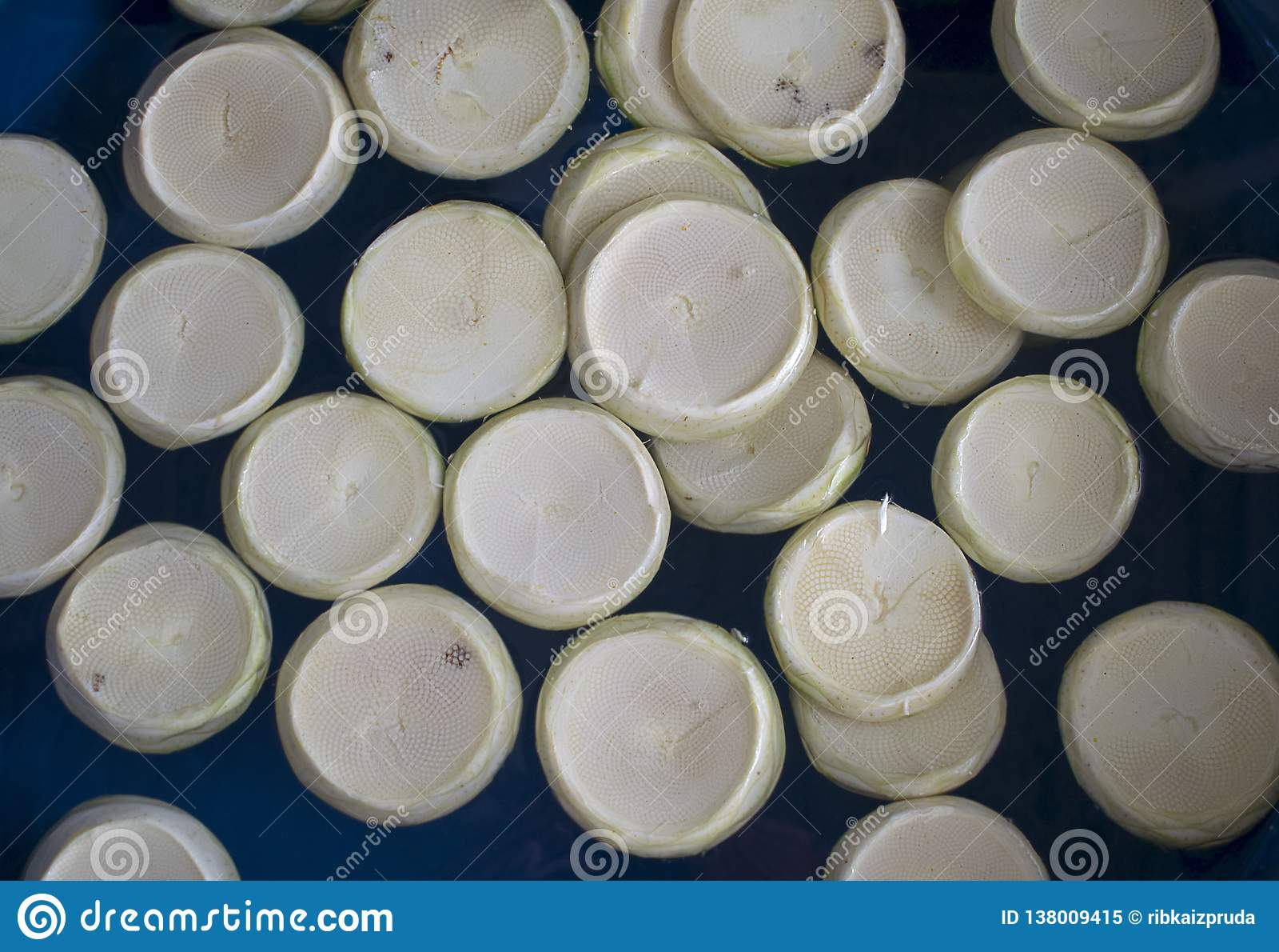 Nya kronärtskockahjärtor i blå plast- bunke på bönder marknadsför