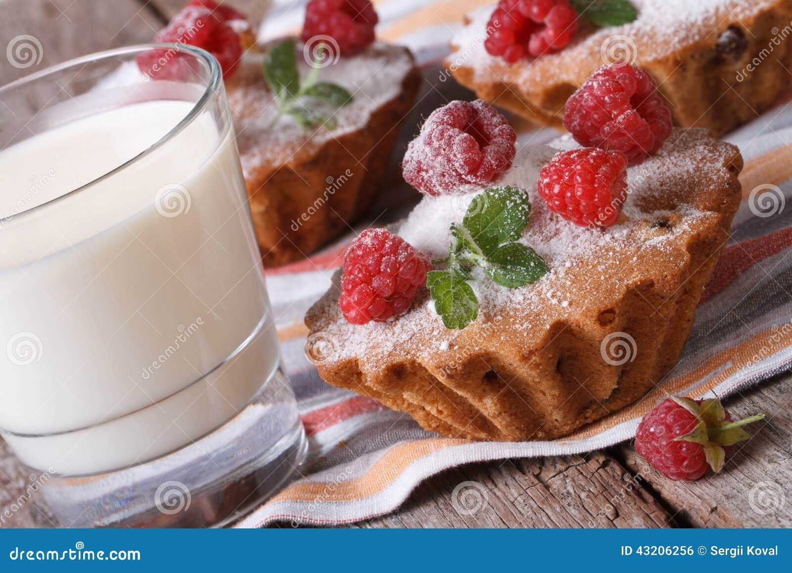 Download Nya Muffin Med Halloncloseupen Och Mjölkar Arkivfoto - Bild av dekorerat, platta: 43206256