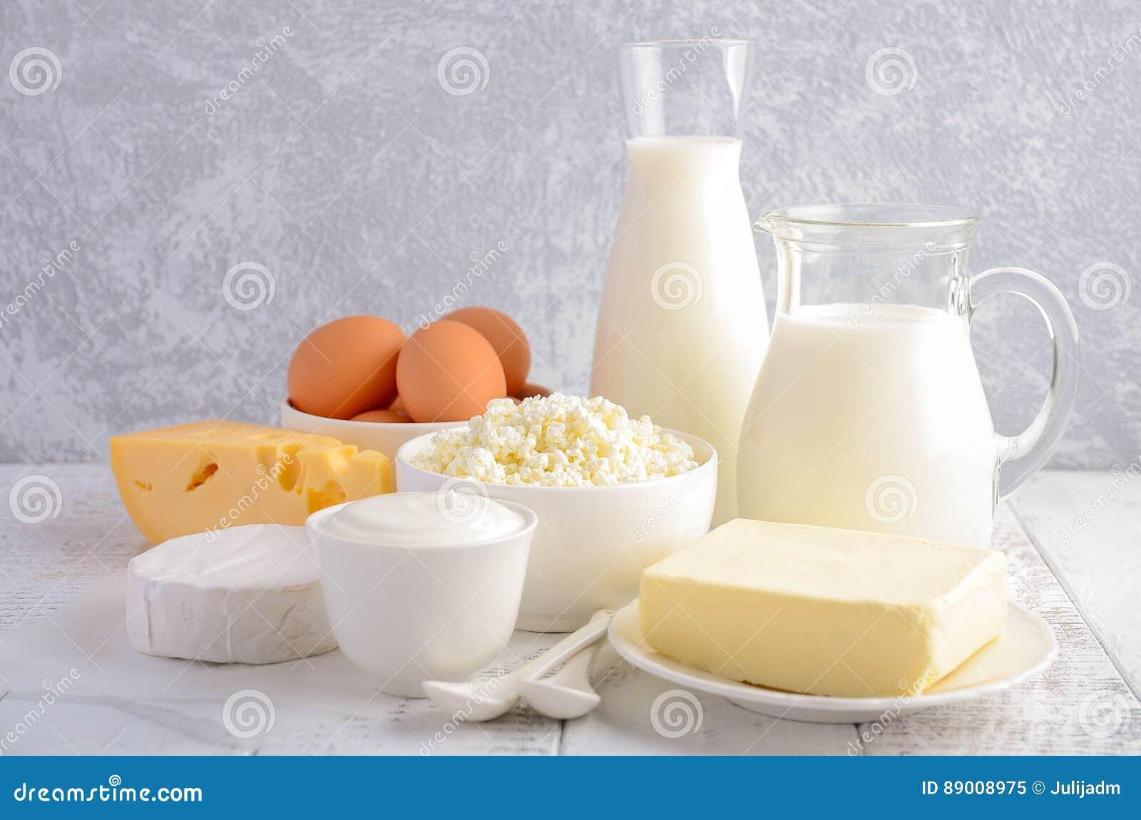 Nya produkter för mejeri Mjölka, ost, brien, camembert, smör, yoghurten, keso och ägg på trätabellen