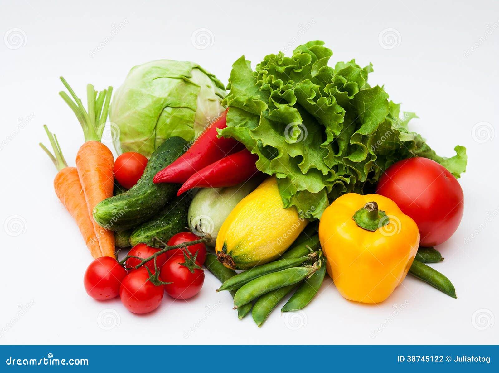 Nya smakliga grönsaker på vit.