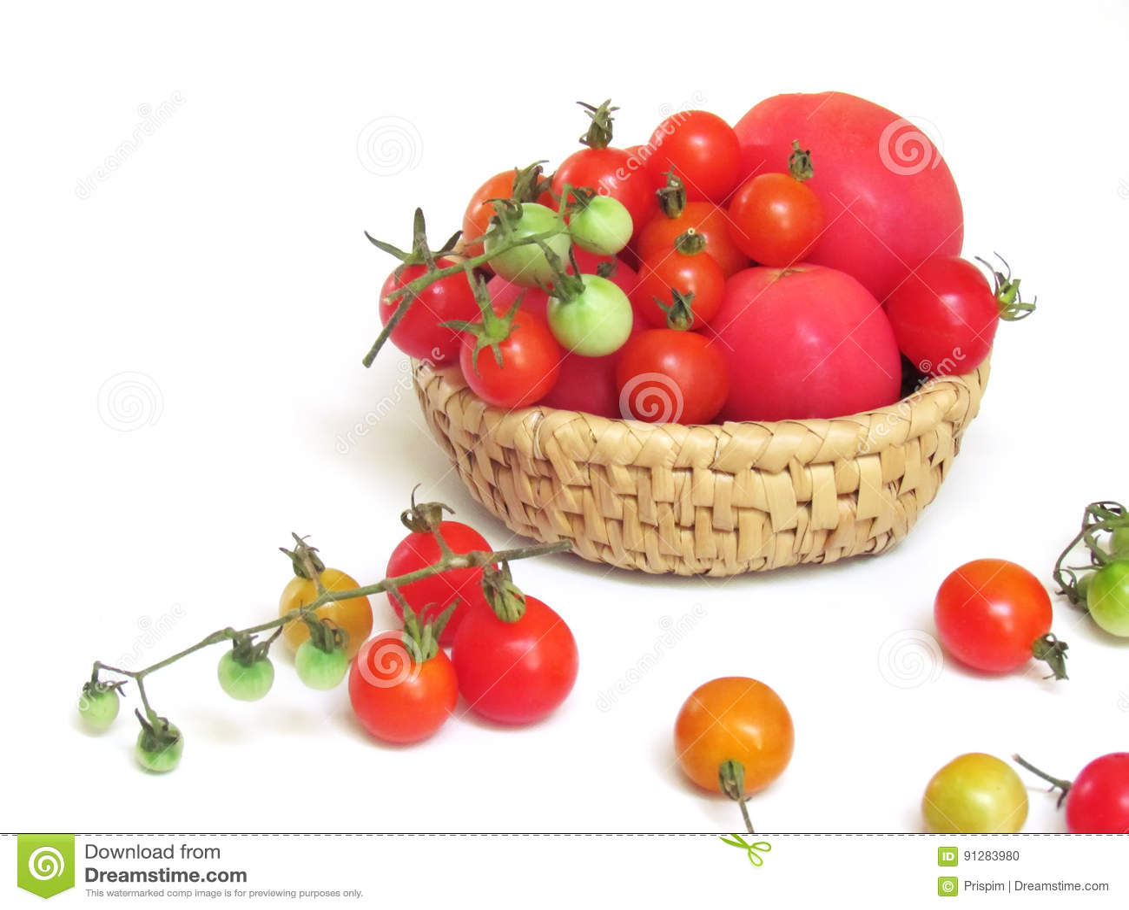 Nya tomater i en variation av färger och format, satte tillsammans i en korg