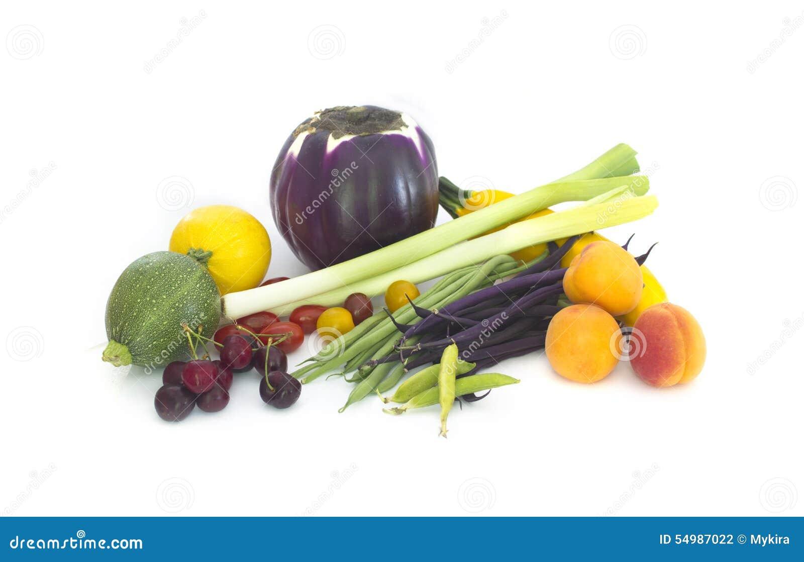 Nya vårgrönsaker och fuits